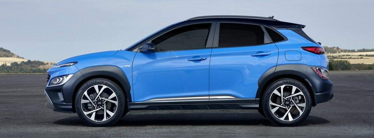 Nuevo Hyundai Kona azul parado en una superficie asfaltada