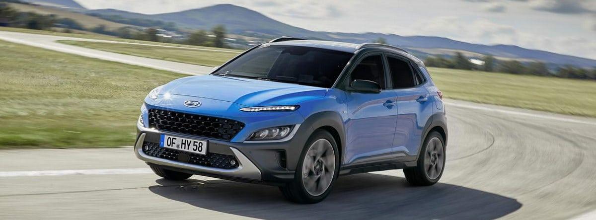 Nuevo Hyundai Kona azul circulando por una carretera
