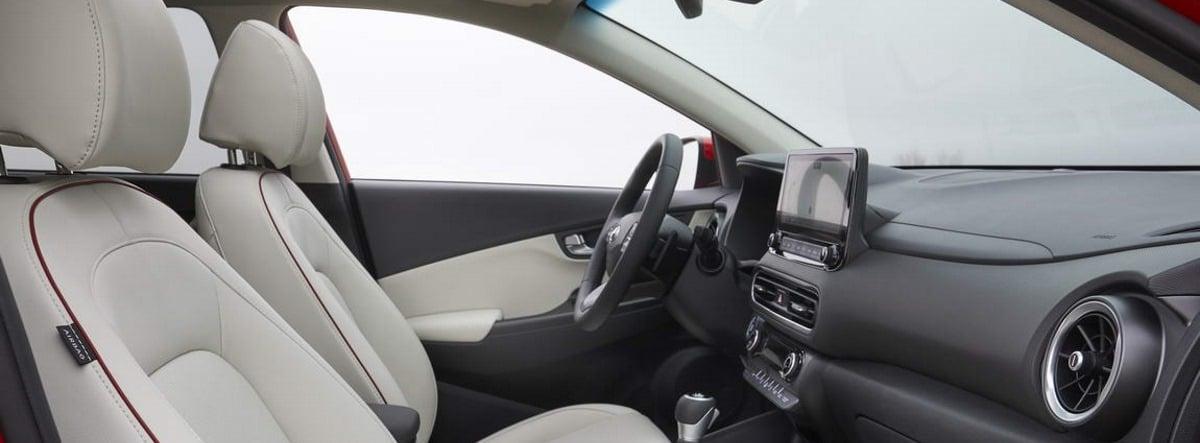 Vista detalle del habitáculo delantero del nuevo Hyundai Kona con asientos en color blanco