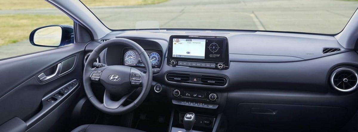 Vista interior del volante y salpicadero del nuevo Hyundai Kona