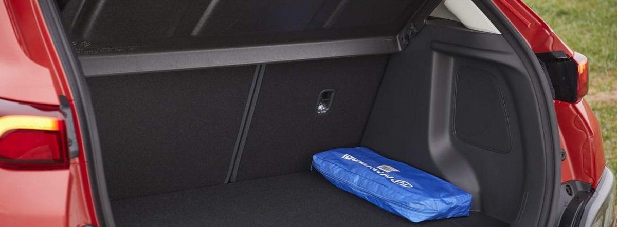 Maletero abierto del nuevo Hyundai Kona rojo