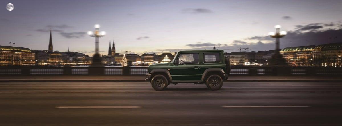 Nuevo Suzuki Jimny circulando por una ciudad