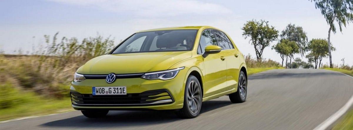 Nueva versión eHybrid del Volkswagen Golf en amarillo circulando por una carretera