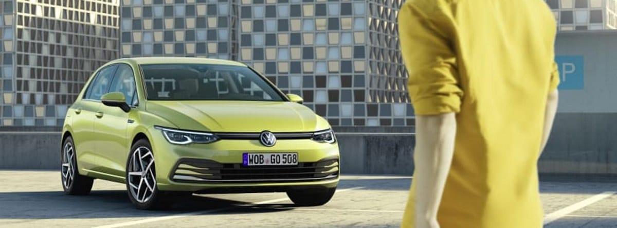Nueva versión eHybrid del Volkswagen Golf en amarillo aparcado