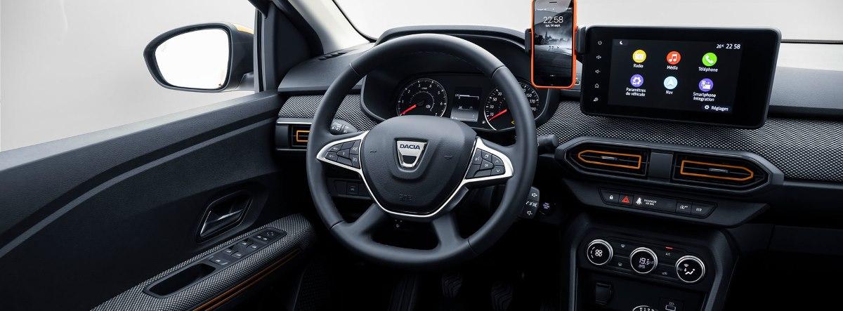 Vista interior del volante y la consola central del nuevo Dacia Logan 2021