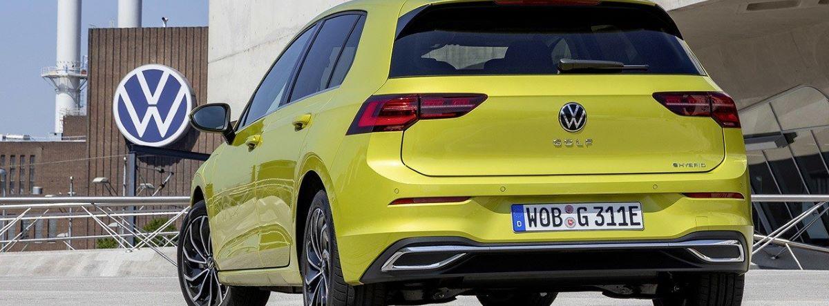 Nueva versión eHybrid del Volkswagen Golf en amarillo vista desde atrás