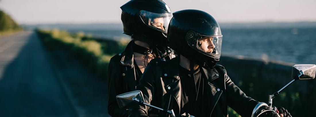 Pareja circulando en una moto