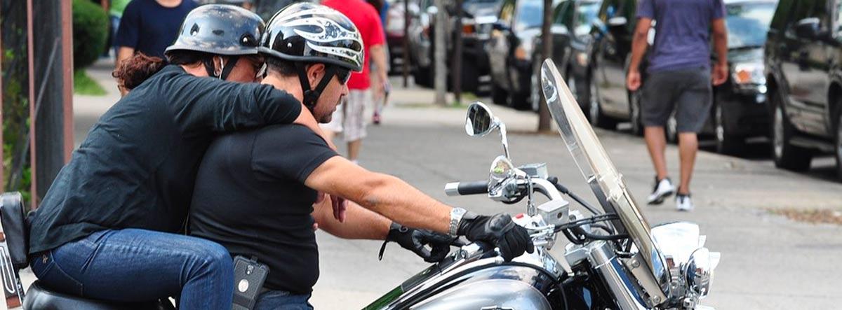 Pareja montada en una moto de gran cilindrada