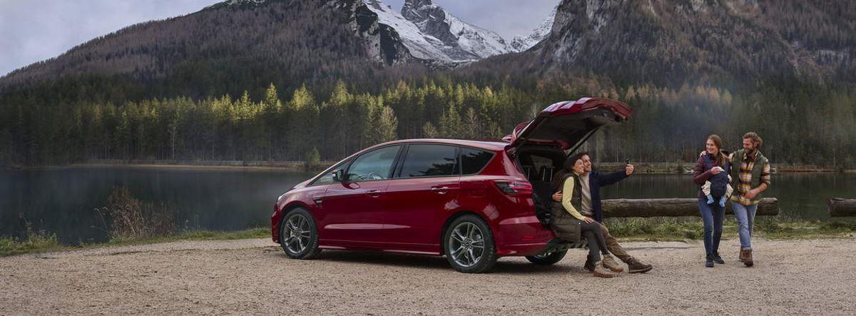 Ford S-MAX Hybrid con maletero abierto