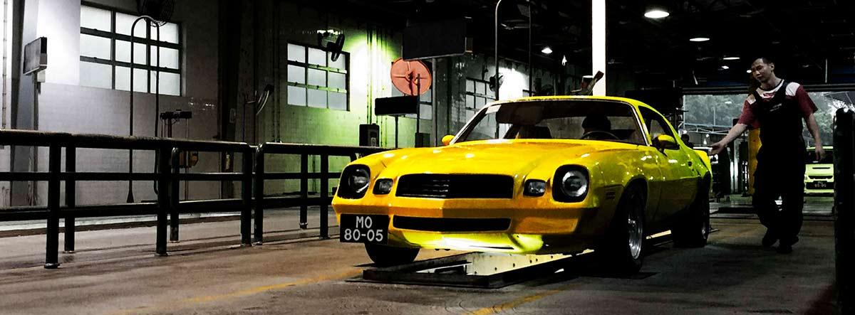 Coche Chevy Camaro amarillo