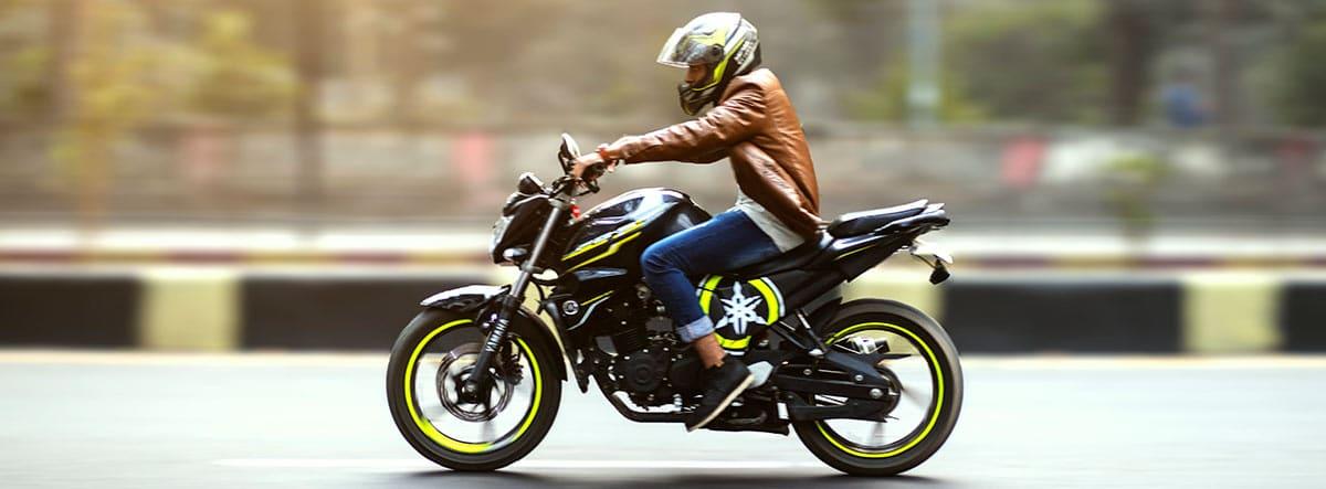 Hombre montado en una moto