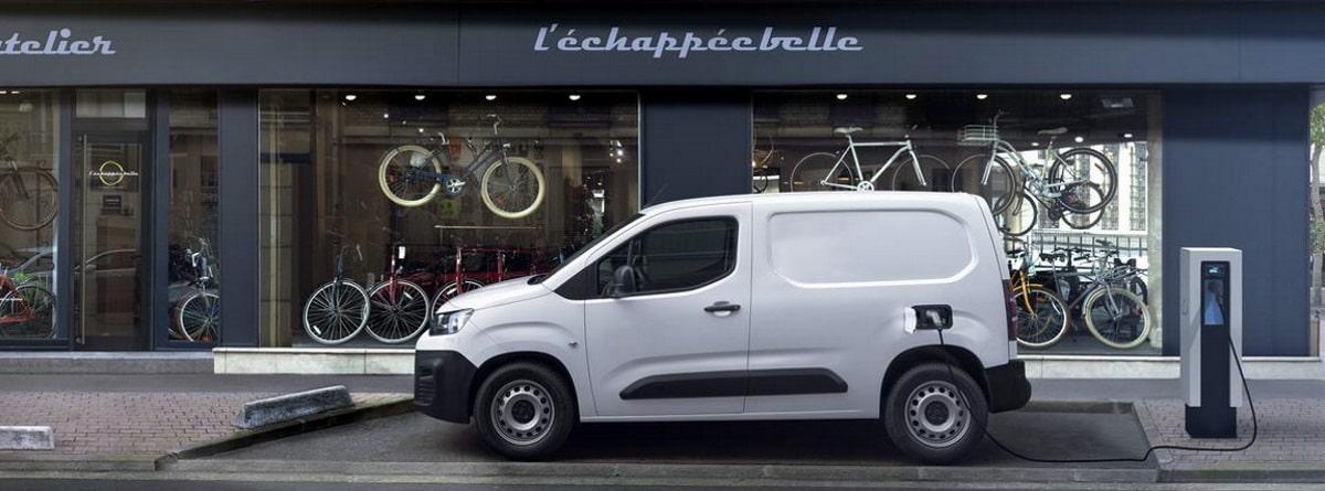 Citroen Berlingo Van frente a una tienda de bicicletas