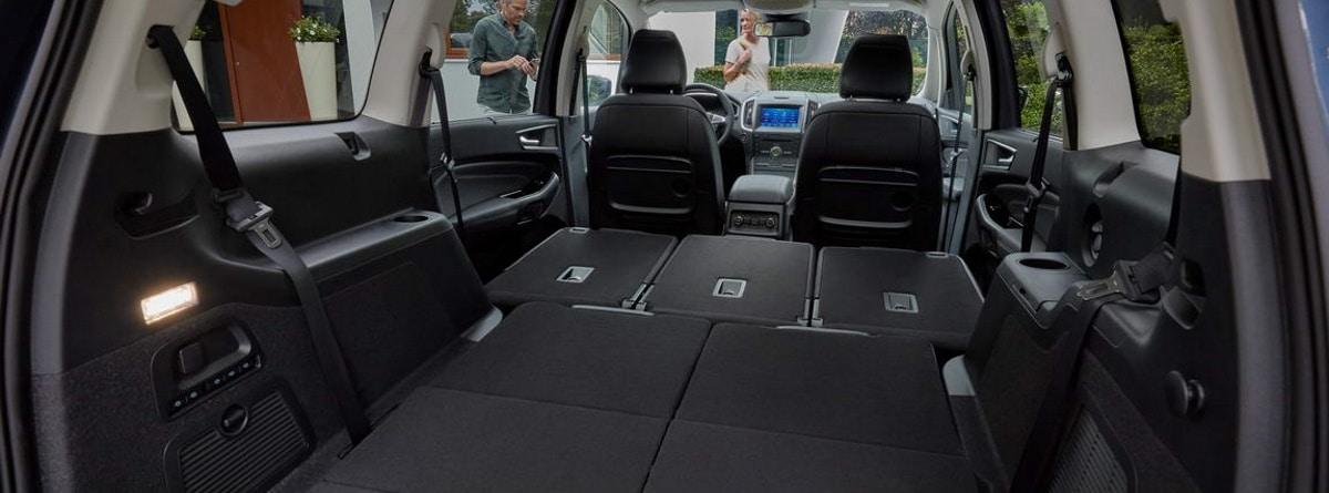 Interior del Ford Galaxy Hybrid con los asientos abatidos