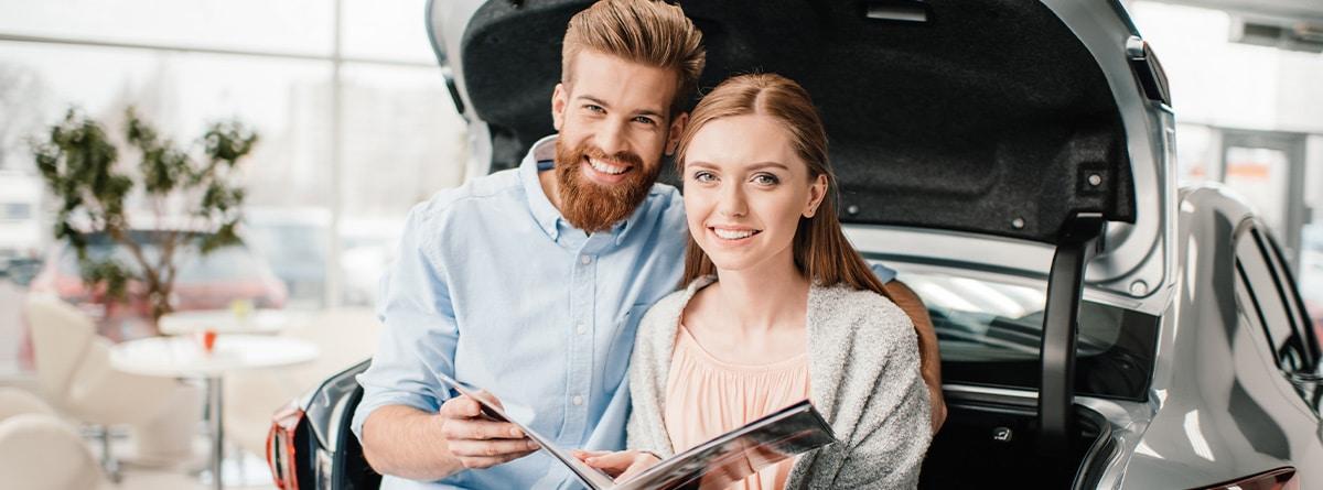 Pareja feliz con las llaves de un coche