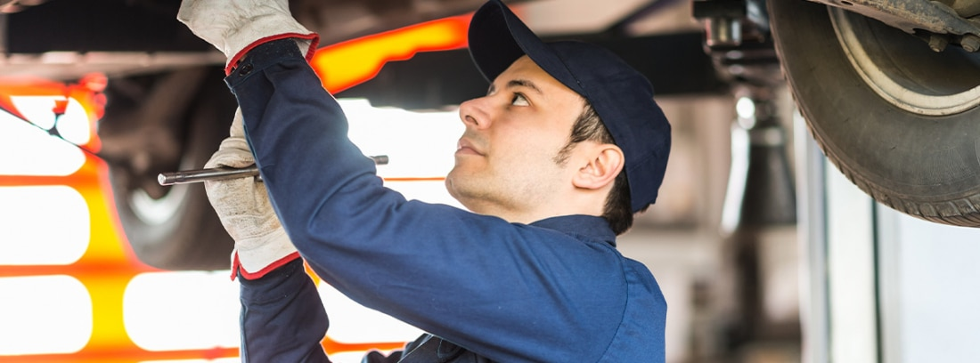 Mecánico reparando un coche
