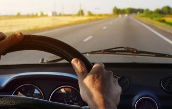 manos de un conductor sobre el volante