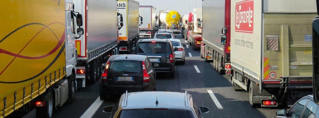 Vehículos en una atasco en una autovía