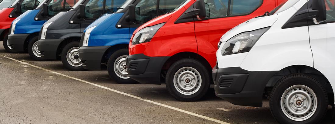Furgonetas de varios colores aparcadas