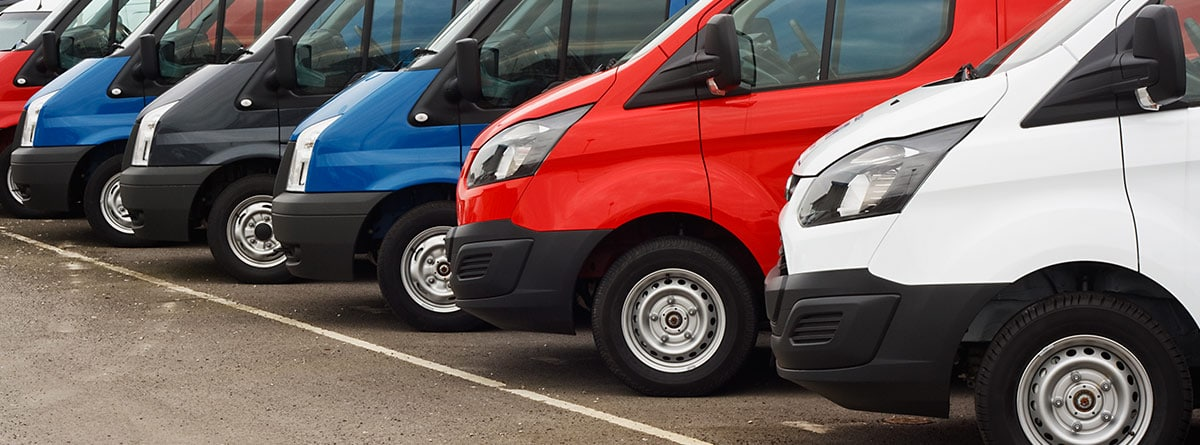 Varias furgonetas estacionadas