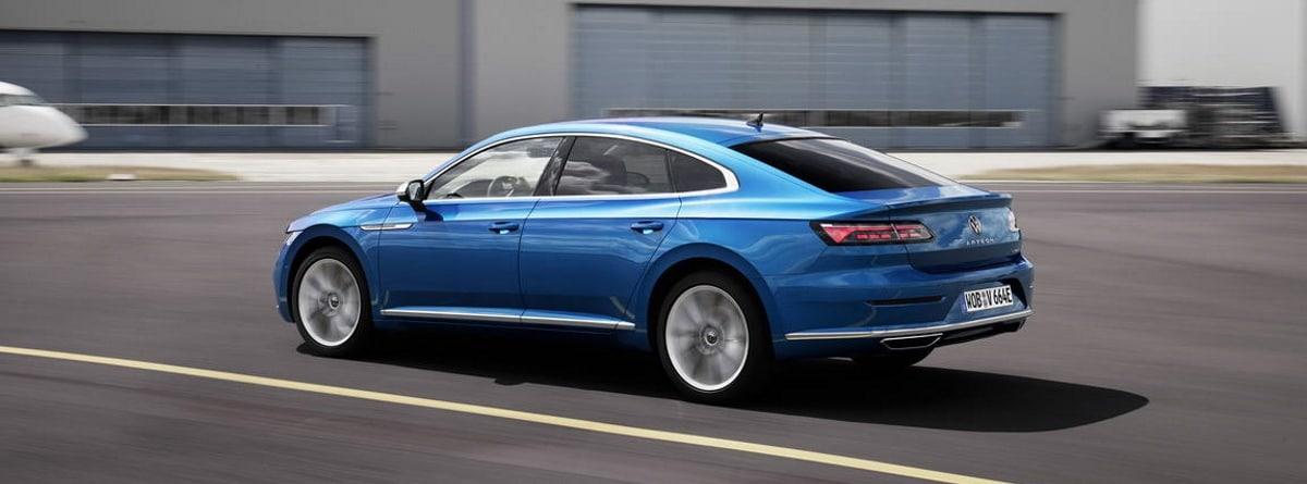 Volkswagen Arteon Hybrid azul en carretera