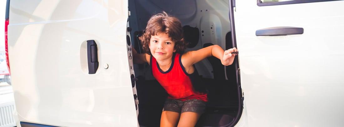 Niño saliendo de un coche con puerta corrediza
