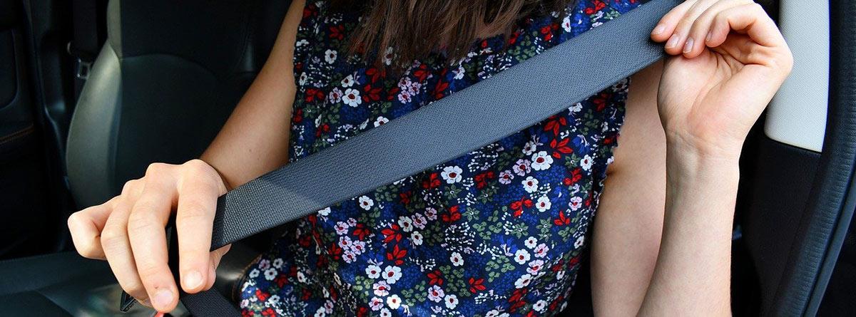 Mujer sujetando un cinturón de seguridad