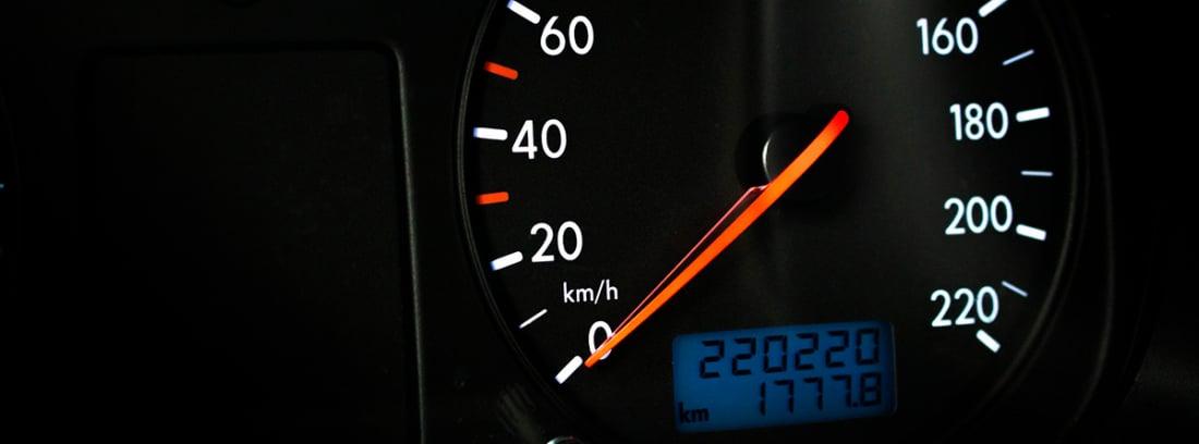 Panel de un coche en el que se muestra su kilometraje