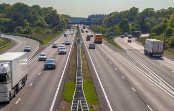 Vehículos circulando por una autopista