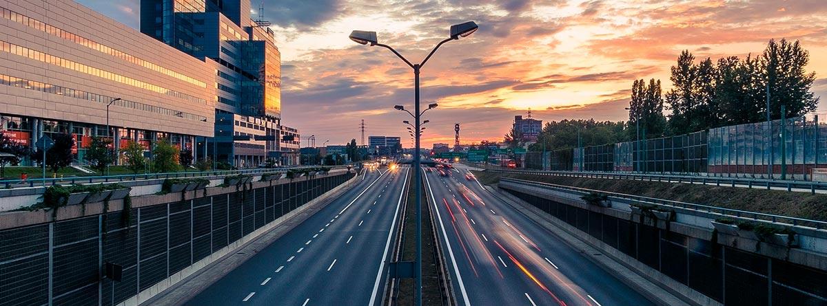 Autovía atravesando un núcleo urbano