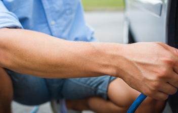 Hombre inflando un neumático en la carretera