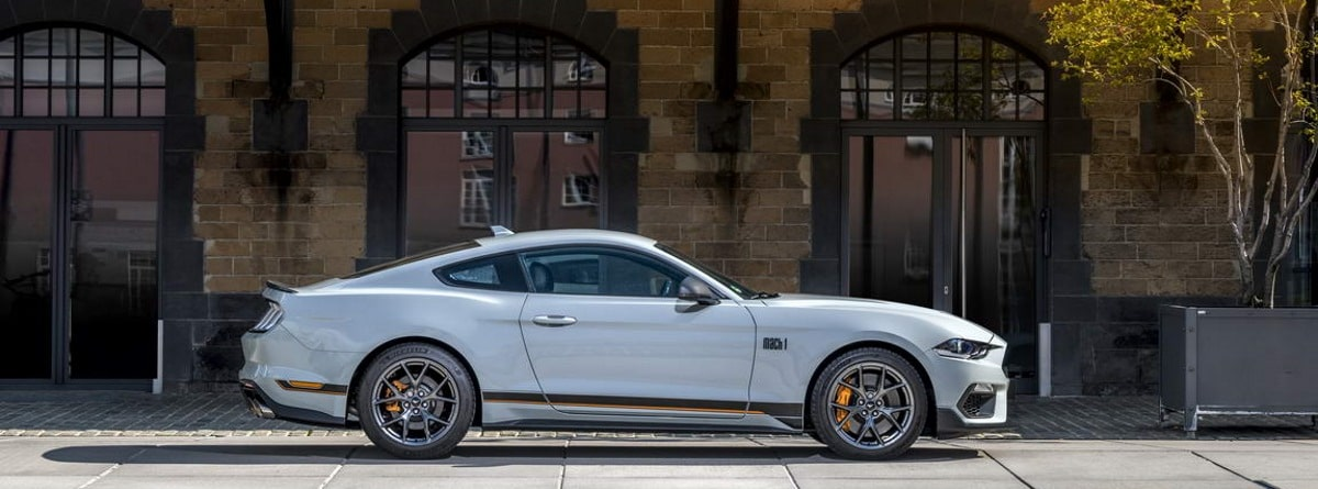 Mustang Mach 1 en ciudad