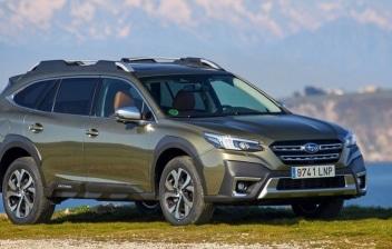 Subaru Outback en la montaña