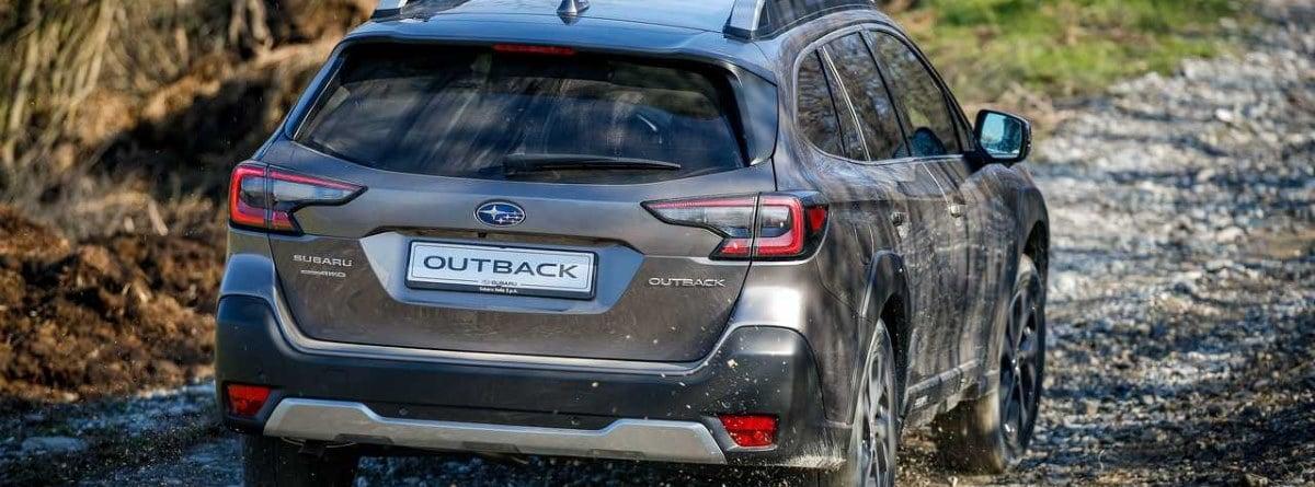 Subaru Outback en terreno de montaña