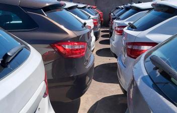 Varios hatchback aparcados