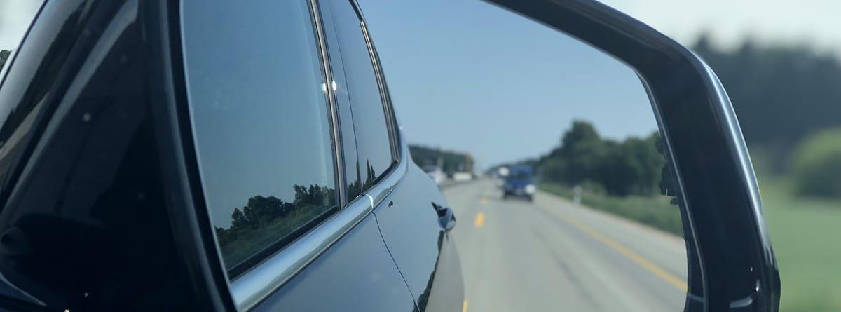 Retrovisor mostrando un coche que circula en la parte posterior