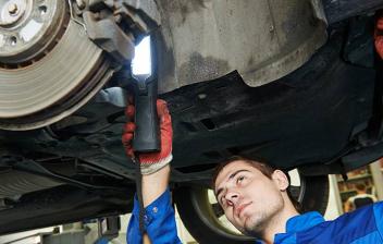 Mecánico revisando un disco de freno