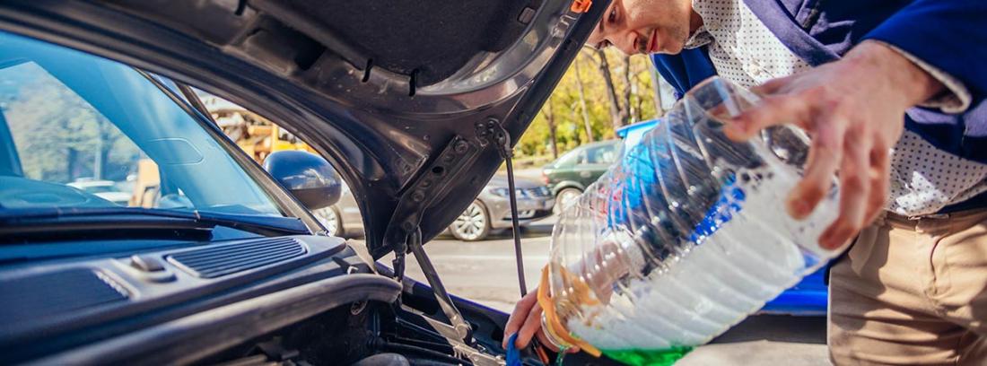 Hombre vertiendo agua con una garrafa en el coche
