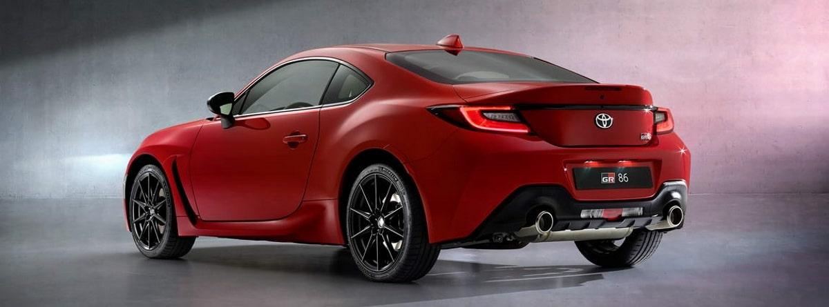 Parte lateral y trasera de coche rojo deportivo Toyota GR86