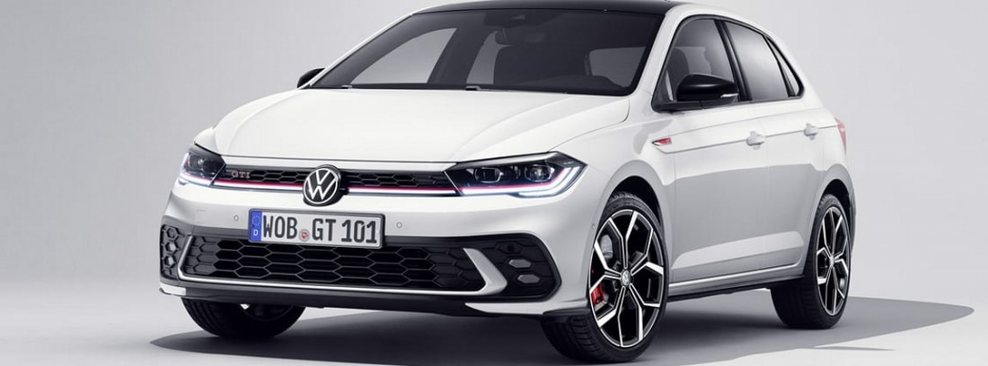 Visión delantera coche blanco nuevo Polo 2021