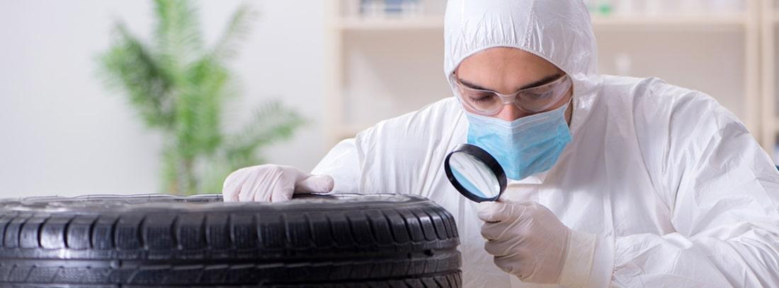 científico examinando un neumático