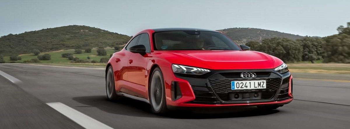 Coche Audi RS e-tron GT de color rojo circulando por la carretera