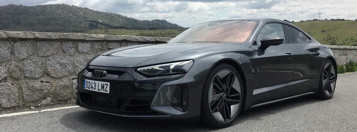 Coche Audi e-tron GT de color negro aparcado