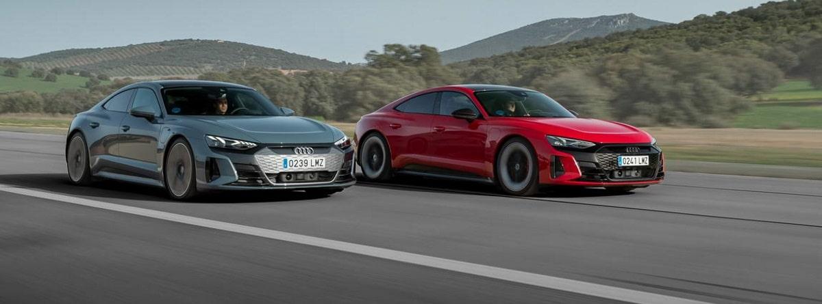 Dos coches marca Audi circulando por la carretera