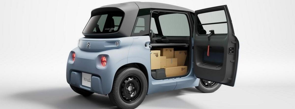 Coche Citroën AMI Cargo con la puerta abierta y con cajas en su interior