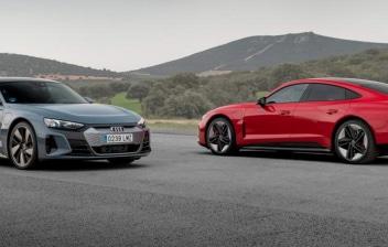 Dos coches marca Audi en la carretera