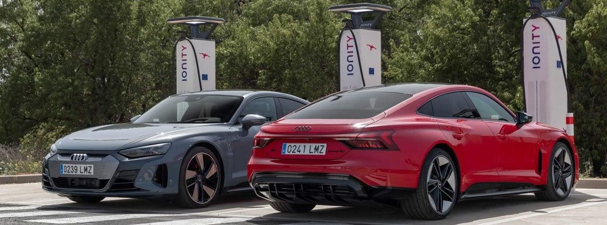 Dos coches eléctricos marca Audi cargando sus baterías