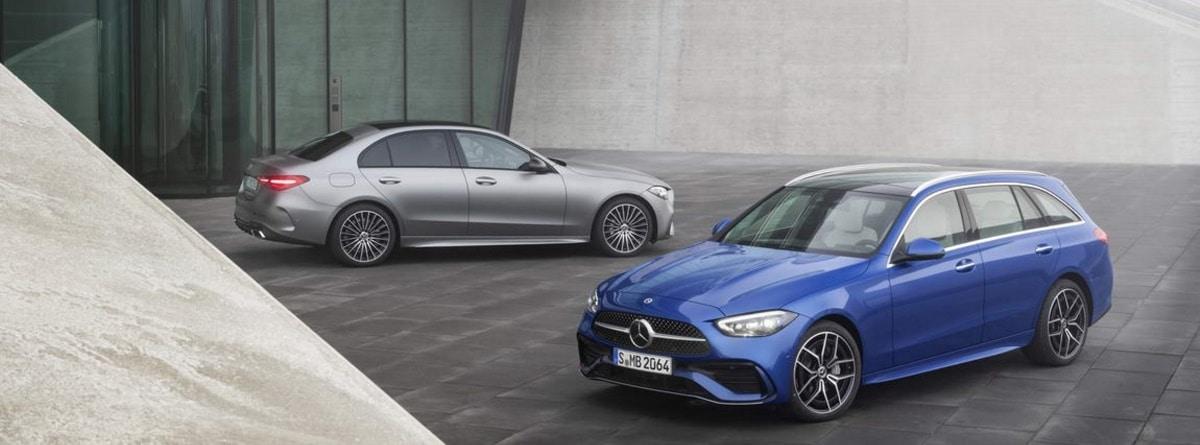 Dos coches mercedes azul y plata aparcados en la calle