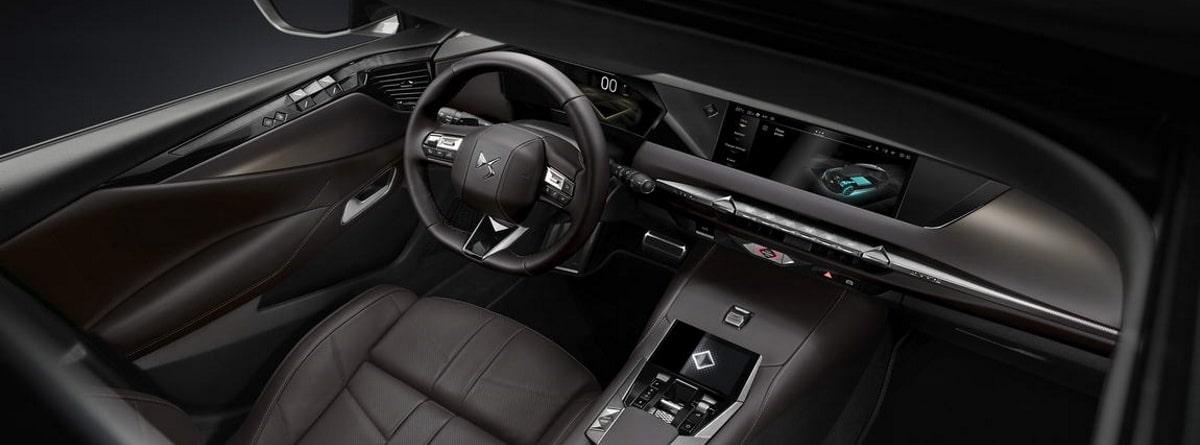 Parte interna del coche DS 4, volante, cuadros de mando y tapicería