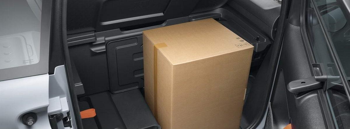 caja de grandes dimensiones en el maletero del Citroën AMI Cargo
