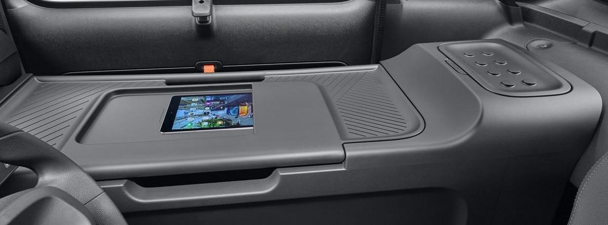 Tablet colocada en la zona del asiento del copiloto